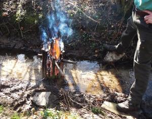 Schwedenfeuer aus Stöcken in Bach
